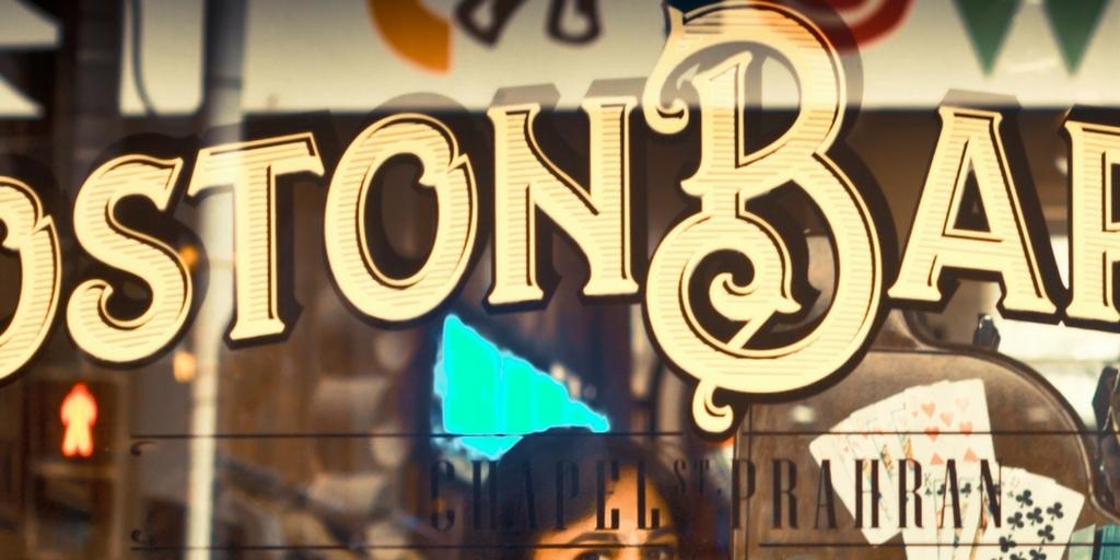 fragment napisu na witrynie sklepu - litera B