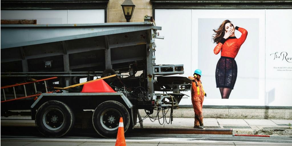 robotnik ignoruje reklamę z modelką nie- plus size