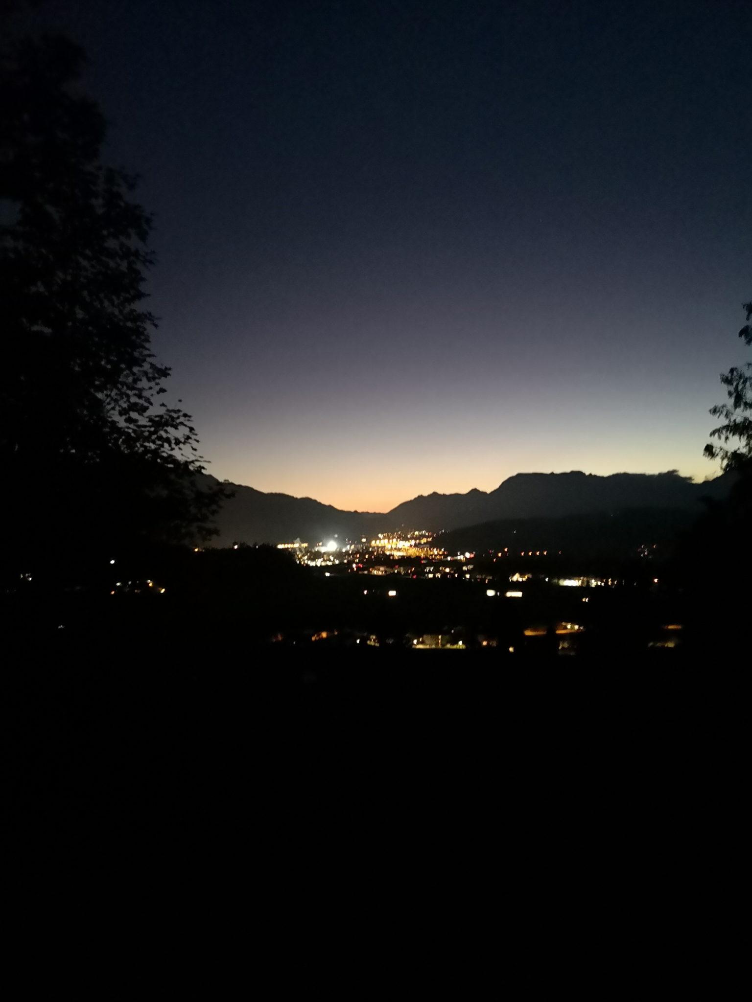 Widok na światła Bad Haering na tle gór
