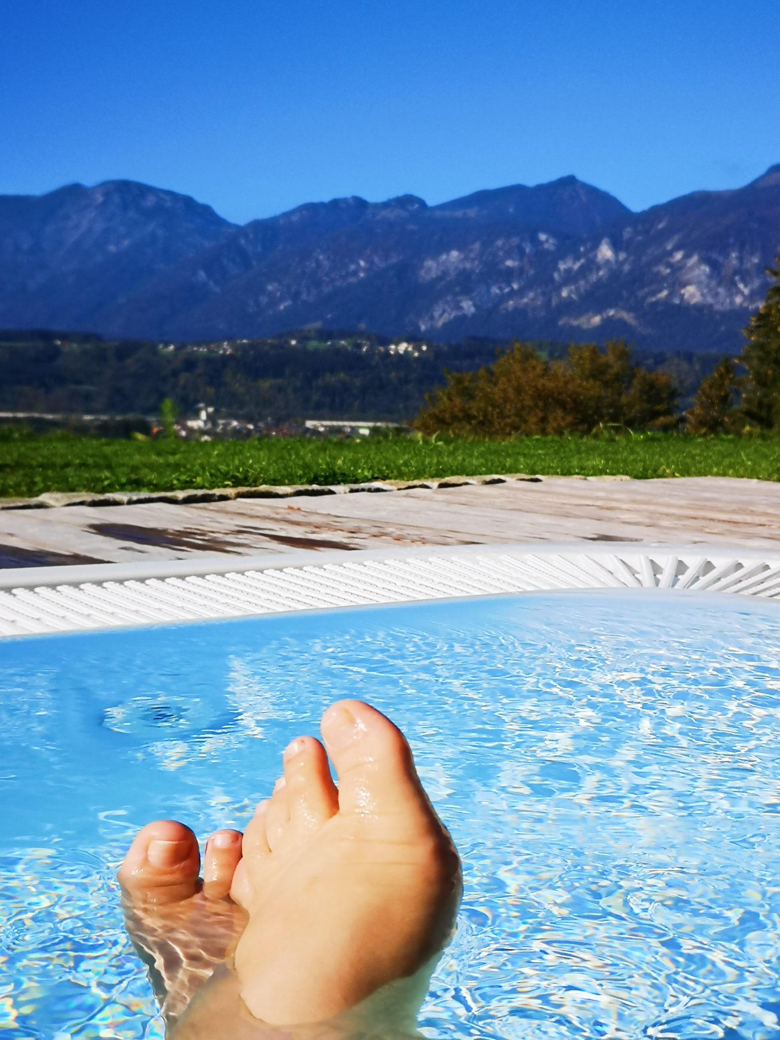 stopy leżącej w basenie Uli na tle górskiej panoramy