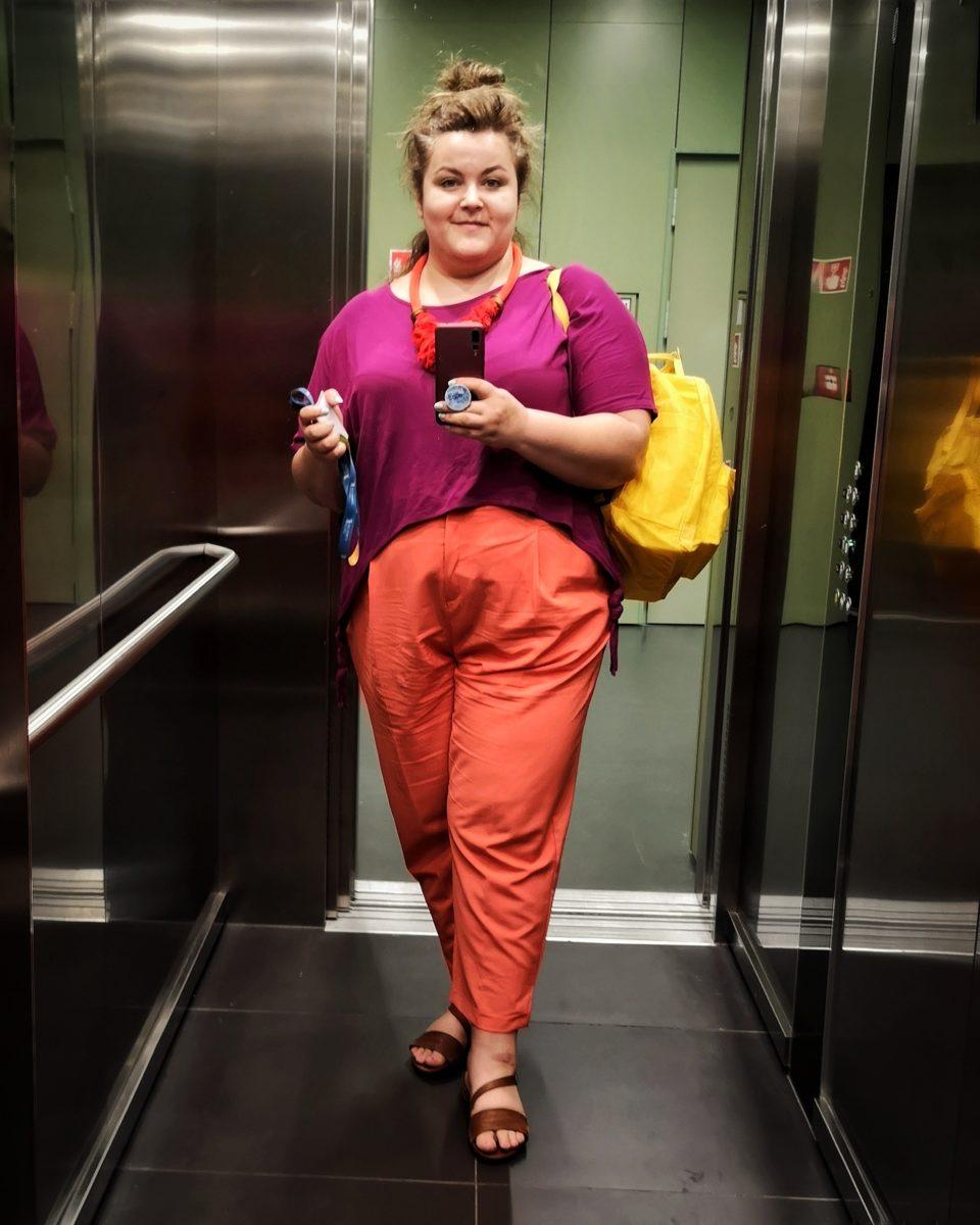 moc ubrań plus size - Ula w pomarańczowych spodniach