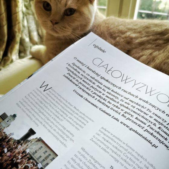 """na pierwszym planie magazyn Modna Bielina otwarty na artykule """"Ciałowyzwolenie"""", w tle kremowy pan kotek i okno balkonowe"""
