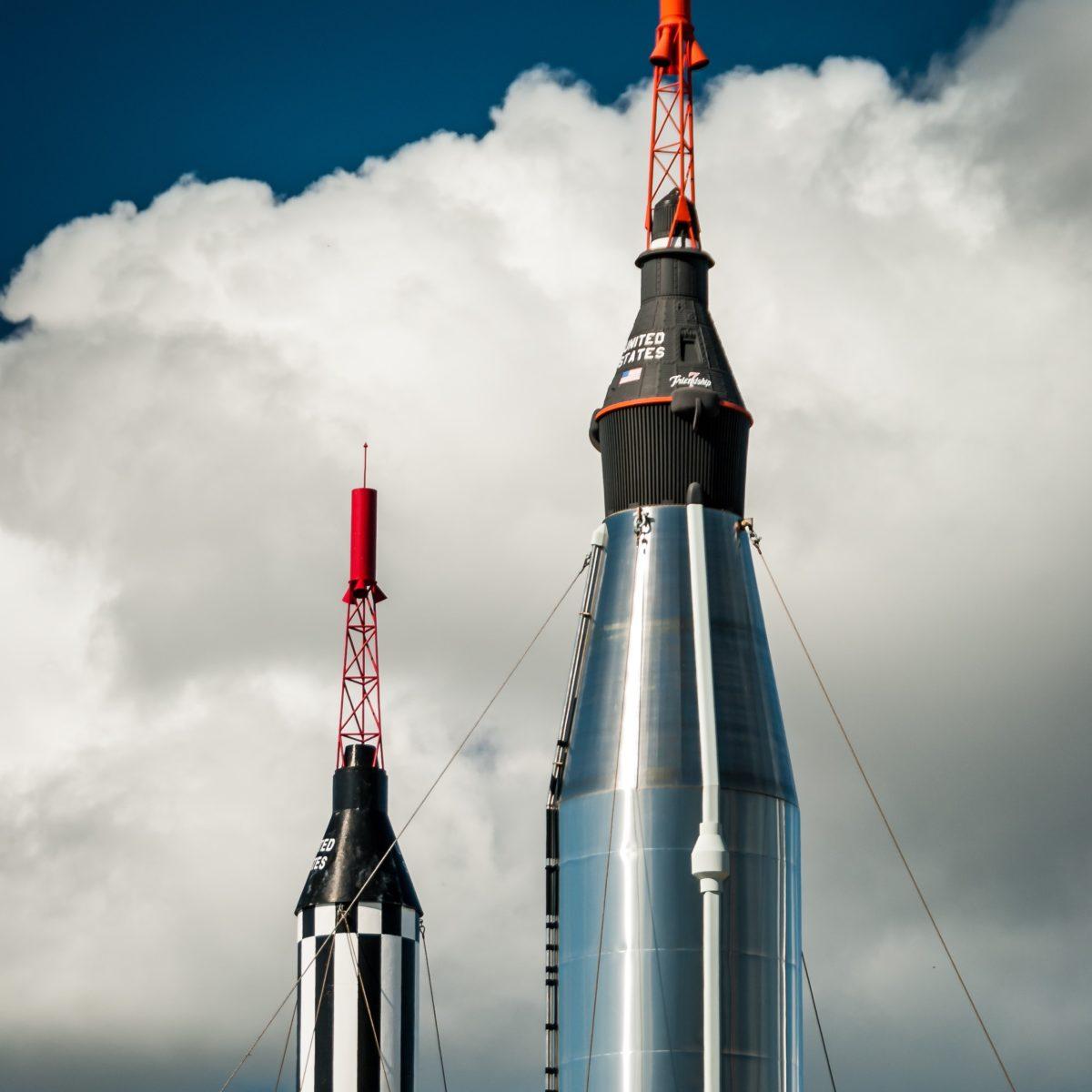 dwie rakiety celujące w niebo